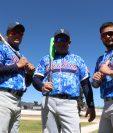 Dennis Molina -centro- junto a sus hijos Dennis Jr y José Carlos quienes han destacado en el beisbol de Quetzaltenango. (Foto Prensa Libre: Rául Juárez)