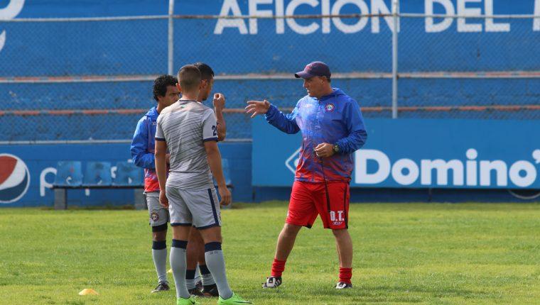 El técnico de Xelajú, Ramiro Cepeda, da indicaciones a los jugadores en el entrenamiento de este lunes (Foto Prensa Libre: Raúl Juárez)