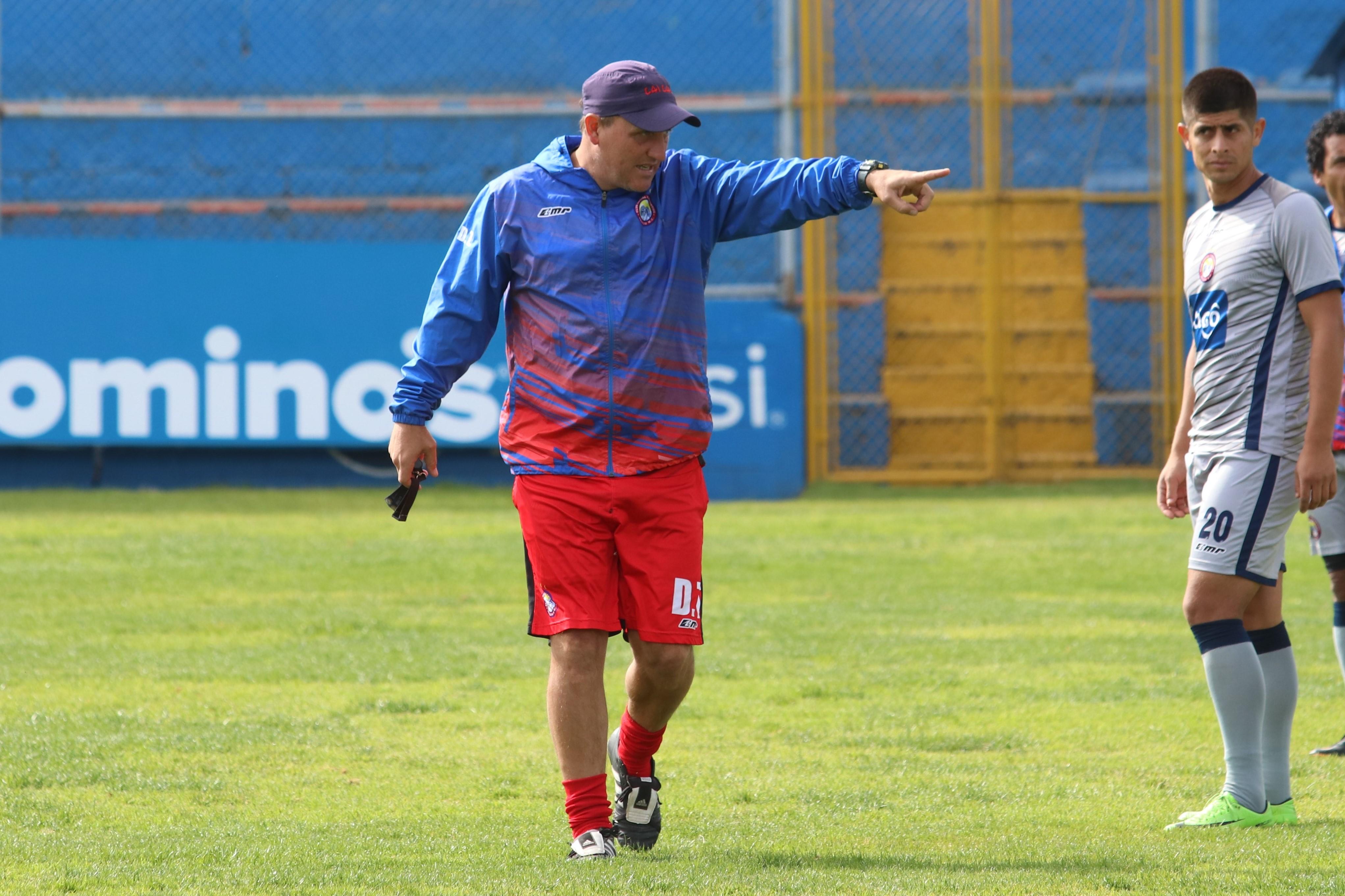 Ramiro Cepeda ha sido criticado por algún sector de la afición de Xelajú por el estilo de juego que muestra el equipo quetzalteco. (Foto Prensa Libre: Raúl Juárez)