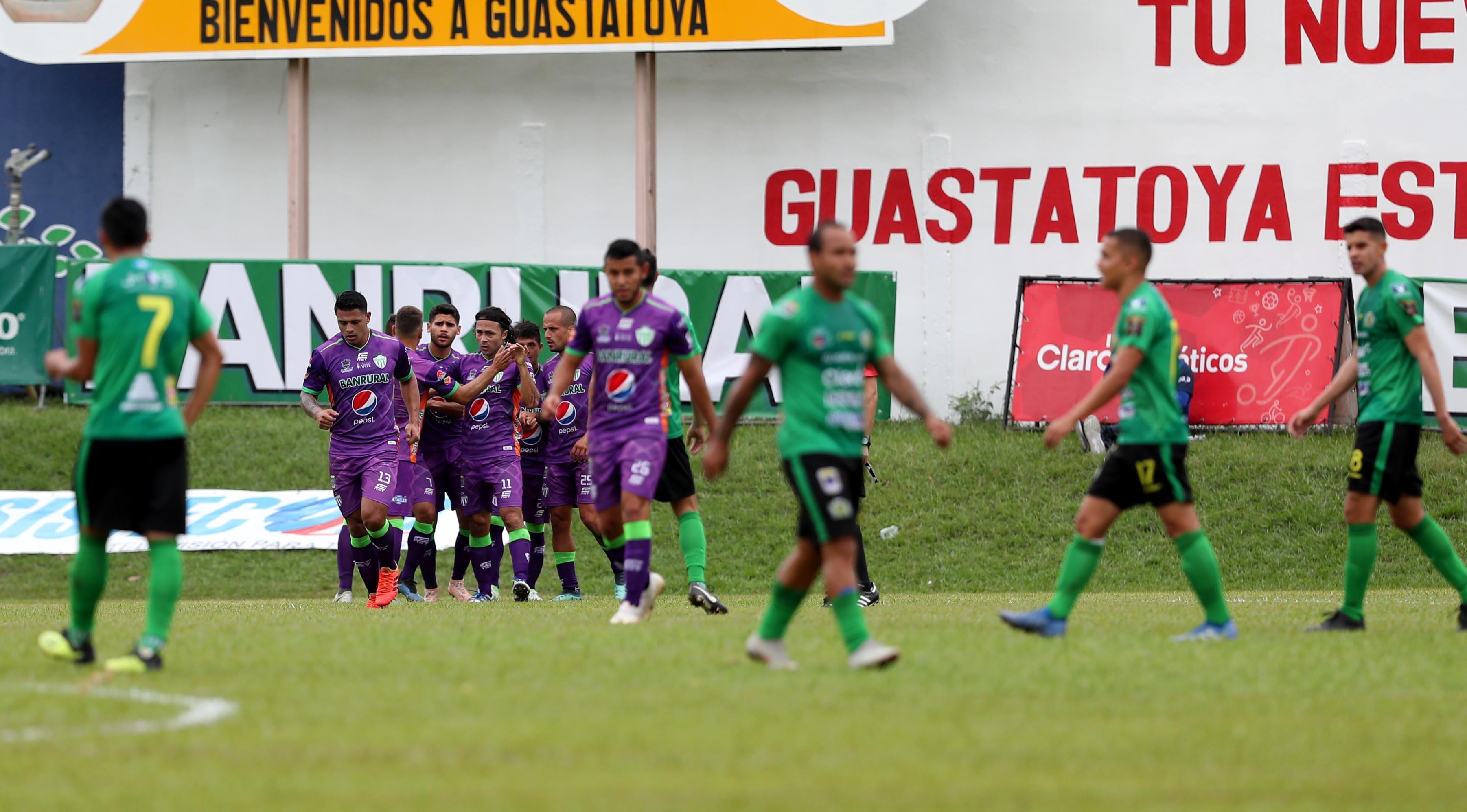 Los jugadores de Antigua GFC celebraron en la casa de Guastatoya. (Foto Prensa Libre: Francisco Sánchez)