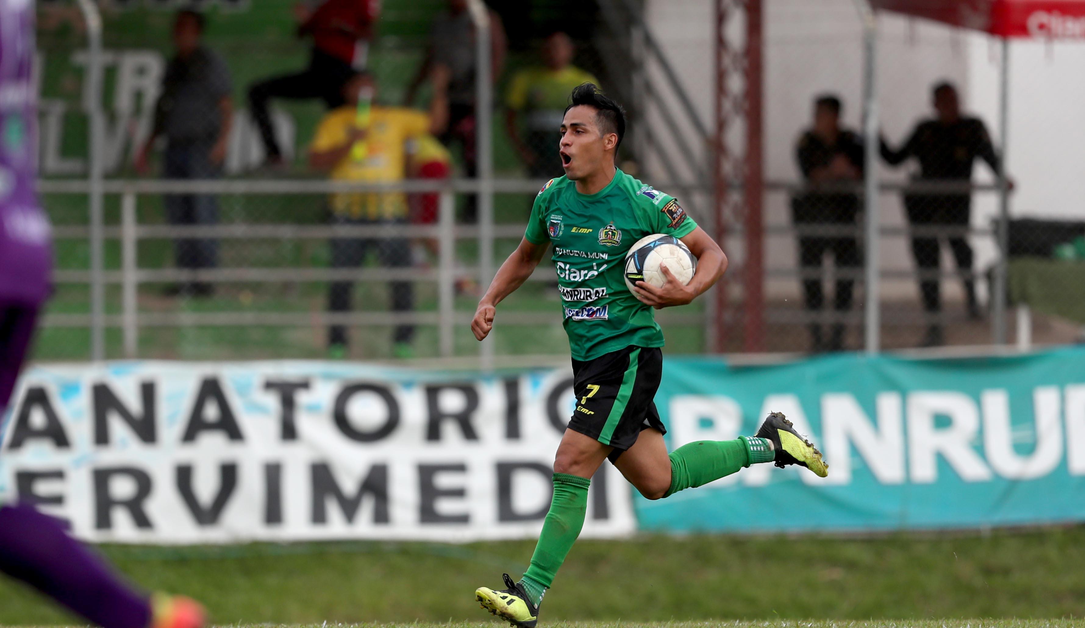 Luis Martínez celebra después de anotar el gol del descuento de Guastatoya contra Antigua GFC. (Foto Prensa Libre: Francisco Sánchez)