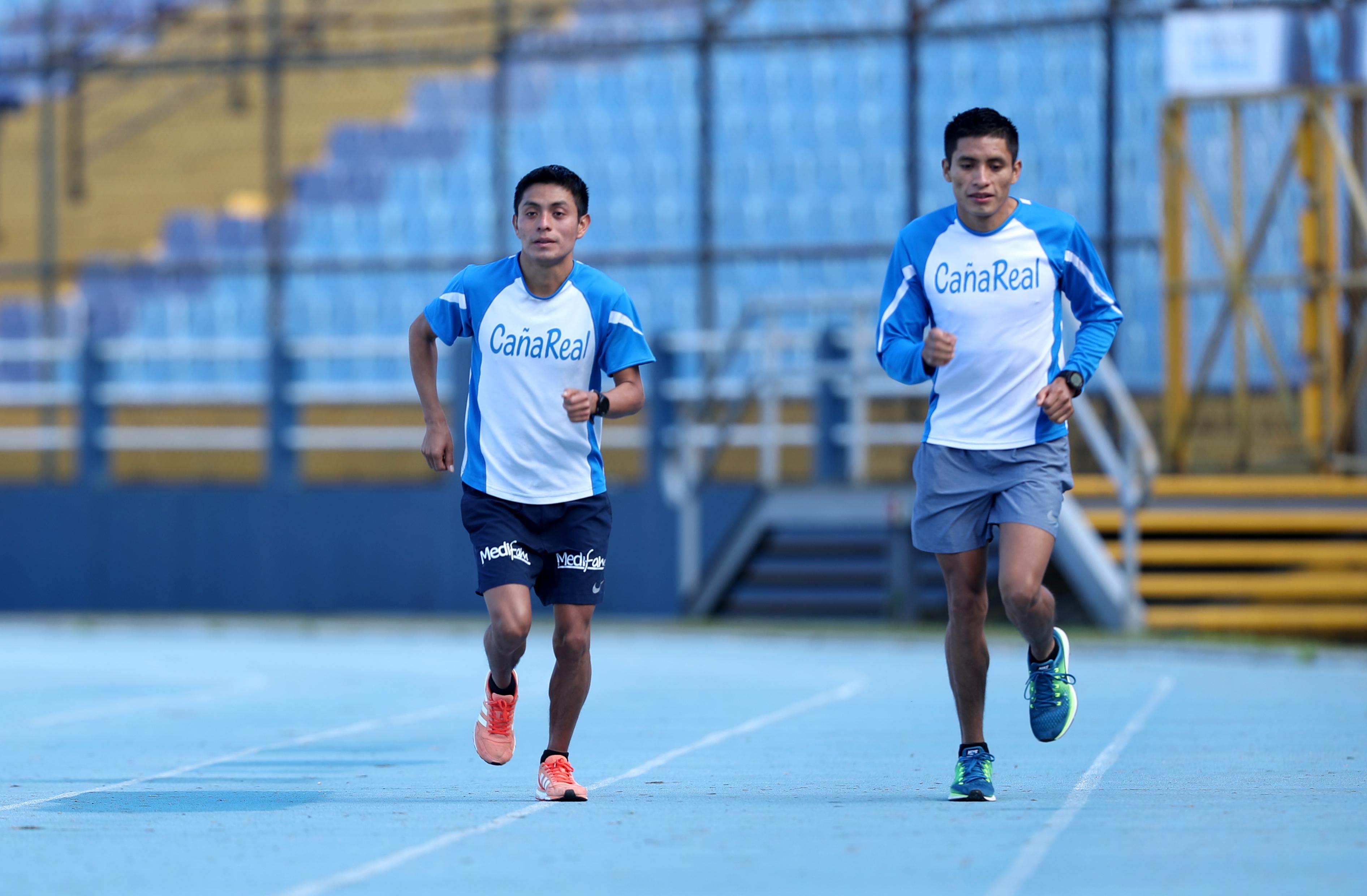 Williams Julajuj (izquierda) se ejercita en la pista del estadio Doroteo Guamuch Flores. (Foto Prensa Libre: Francisco Sánchez).