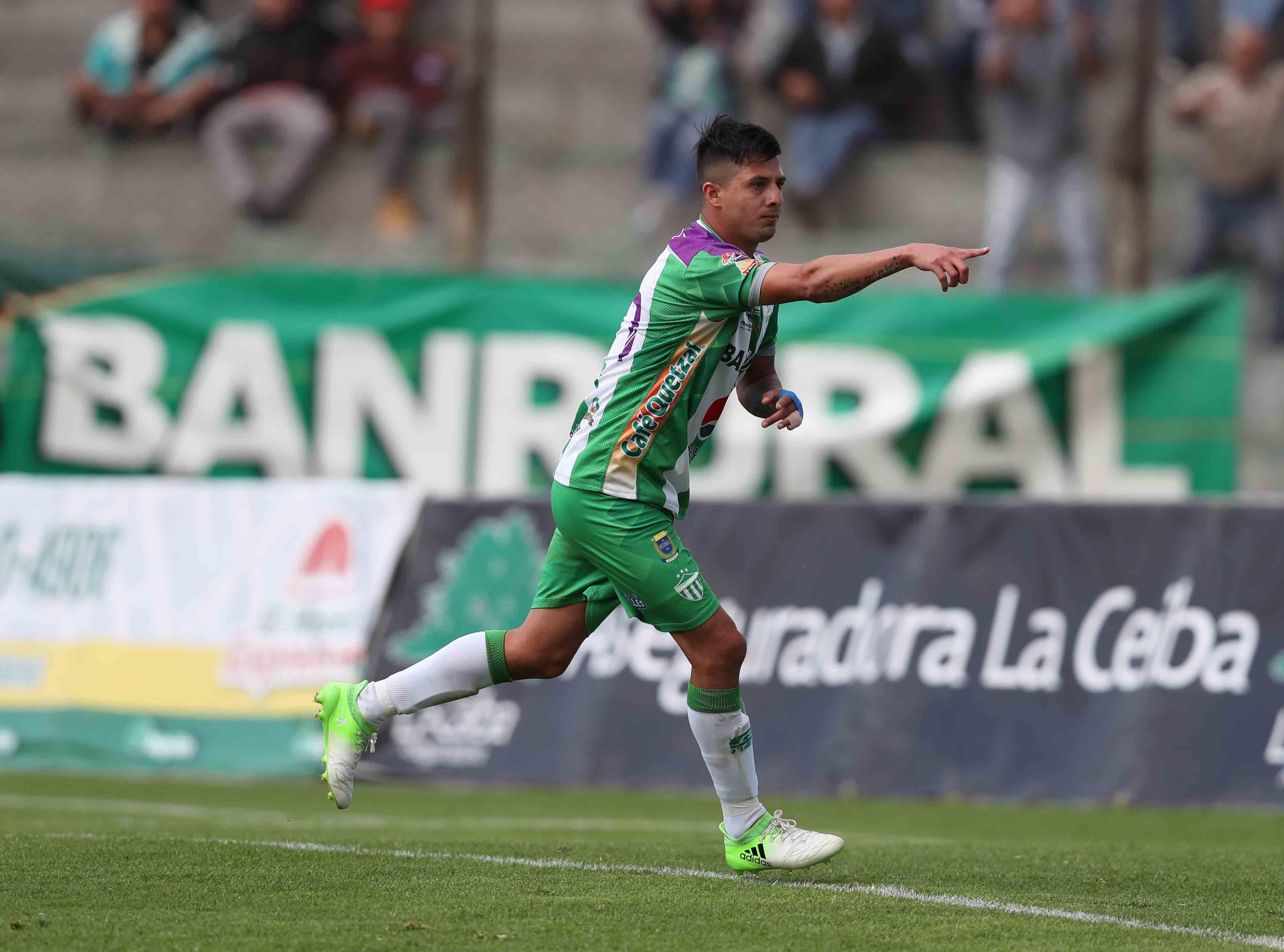 Alejandro Díaz celebra el gol de la victoria de Antigua GFC contra Deportivo Petapa. (Foto Prensa Libre: Carlos Vicente)