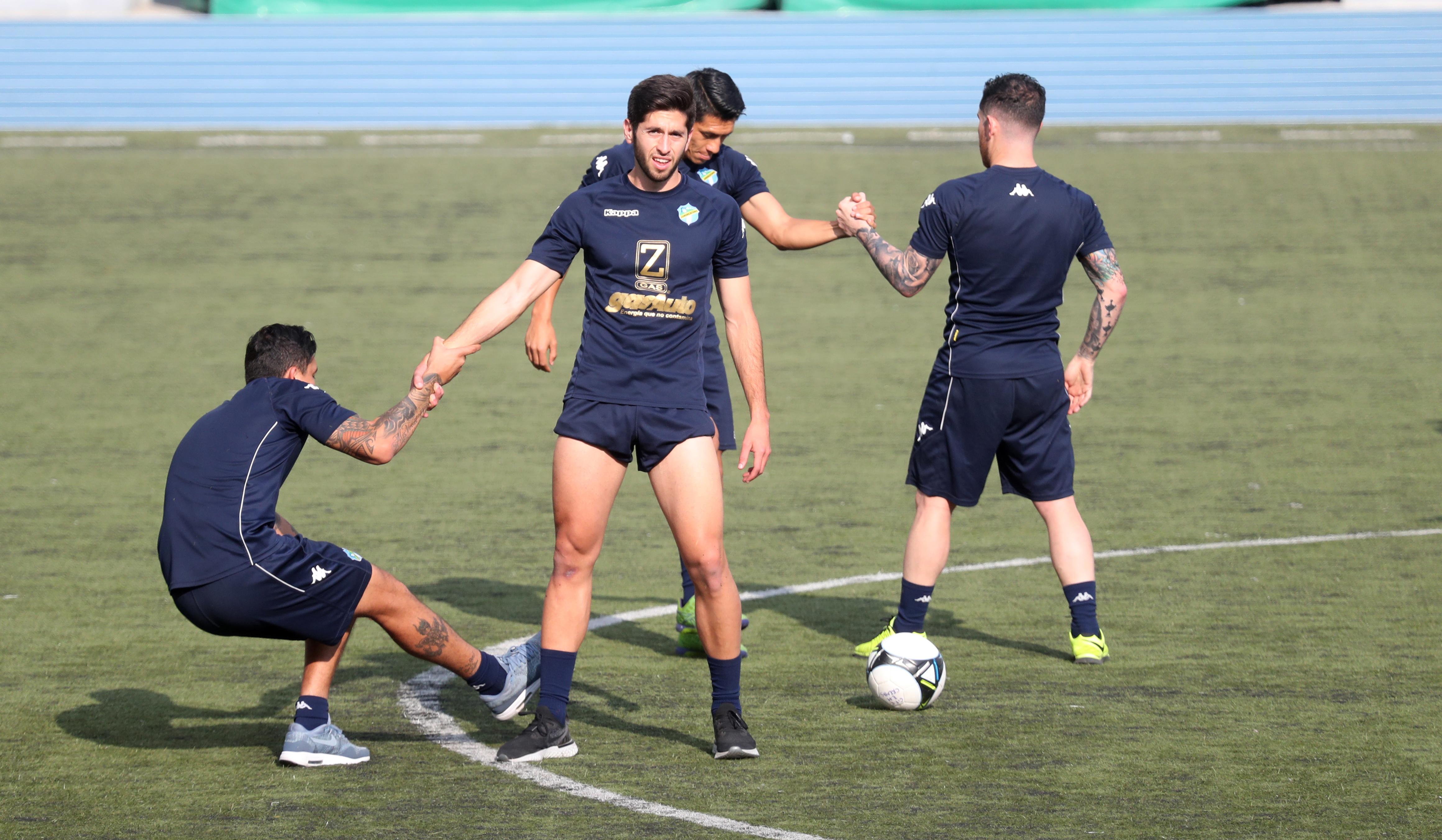 Nicolás Samayoa (centro), realiza un entrenamiento con los cremas. El equipo se prepara para recibir a Sanarate en el Doroteo Guamuch. (Foto Prensa Libre: Francisco Sánchez).