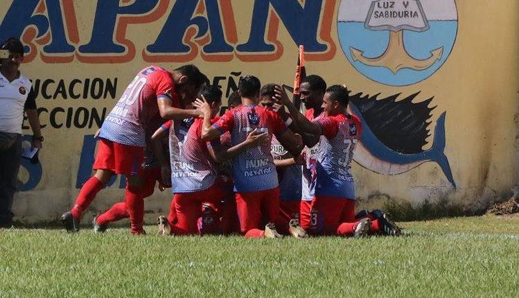 Los jugadores de Deportivo Iztapa celebran el gol de Denniss López.