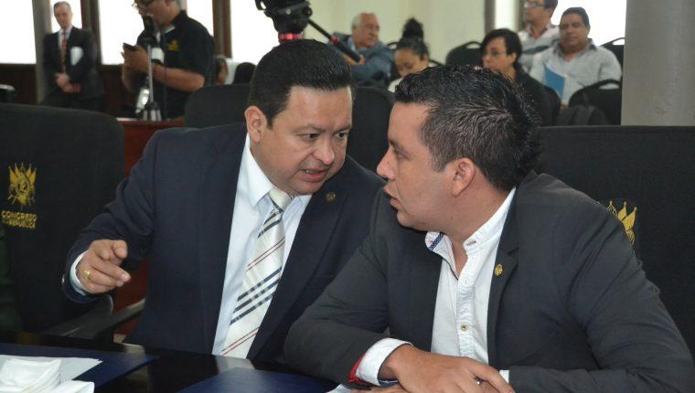 José Hernández Salguero —derecha—, presidente de la comisión pesquisidora, conversa con Raúl Romero, integrante de esa instancia. (Foto Prensa Libre: José Castro)