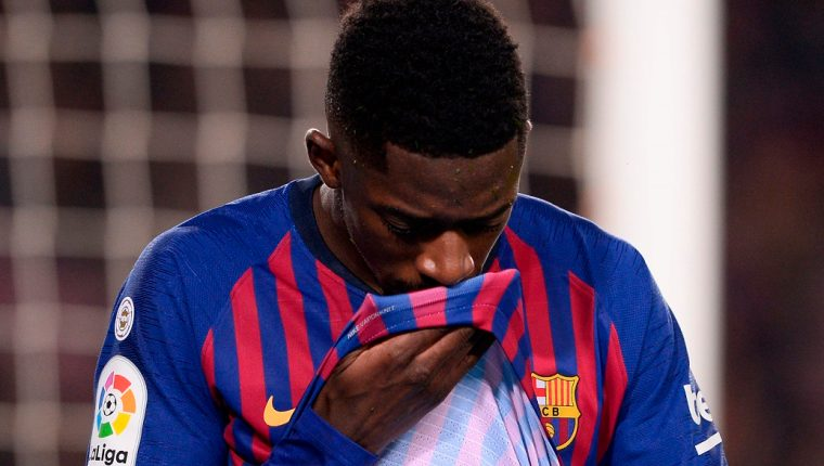 Barcelona's French forward Ousmane Dembele gestures in pain  during the Spanish League football match between Barcelona and Leganes at the Camp Nou stadium in Barcelona on January 20, 2019. (Photo by Josep LAGO / AFP)