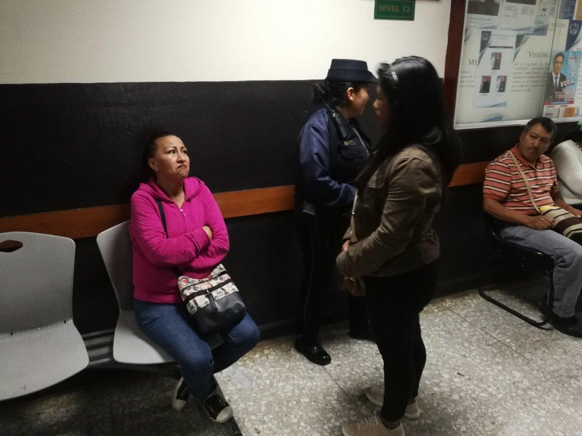 """Ana Hernández y su nuera Cindy Cruz fueron expulsadas de un debate por """"comunicarse con señas"""" con un acusado. (Foto Prensa Libre: Kenneth Monzón)"""
