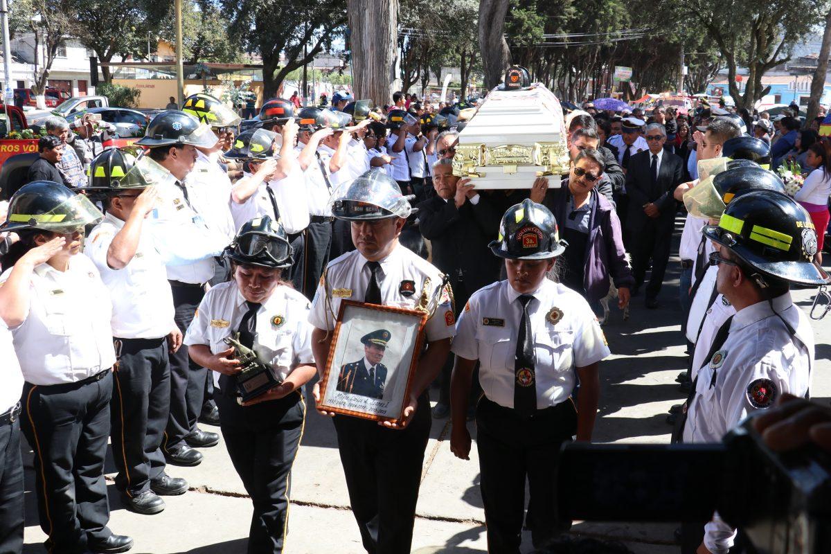 Dan el último adiós a Carlos Juárez, el bombero que fue hallado muerto en su casa