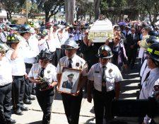 Socorristas cargan en hombros el féretro con los restos del mayor de los Bomberos Voluntarios, Carlos Juárez Izquierdo. (Foto Prensa Libre: Raúl Juárez)