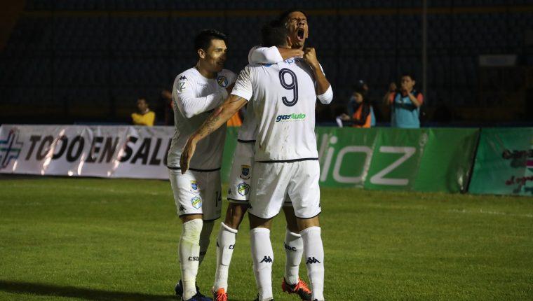 Así celebraron los jugadores de Comunicaciones frente a Xelajú. (Foto Prensa Libre: Carlos Hernández)