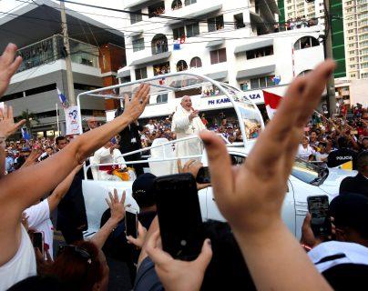El papa Francisco saluda desde el papamóvil mientras recorre las calles hacia la Basílica Don Bosco este miércoles, en Ciudad de Panamá. (Foto Prensa Libre: EFE)