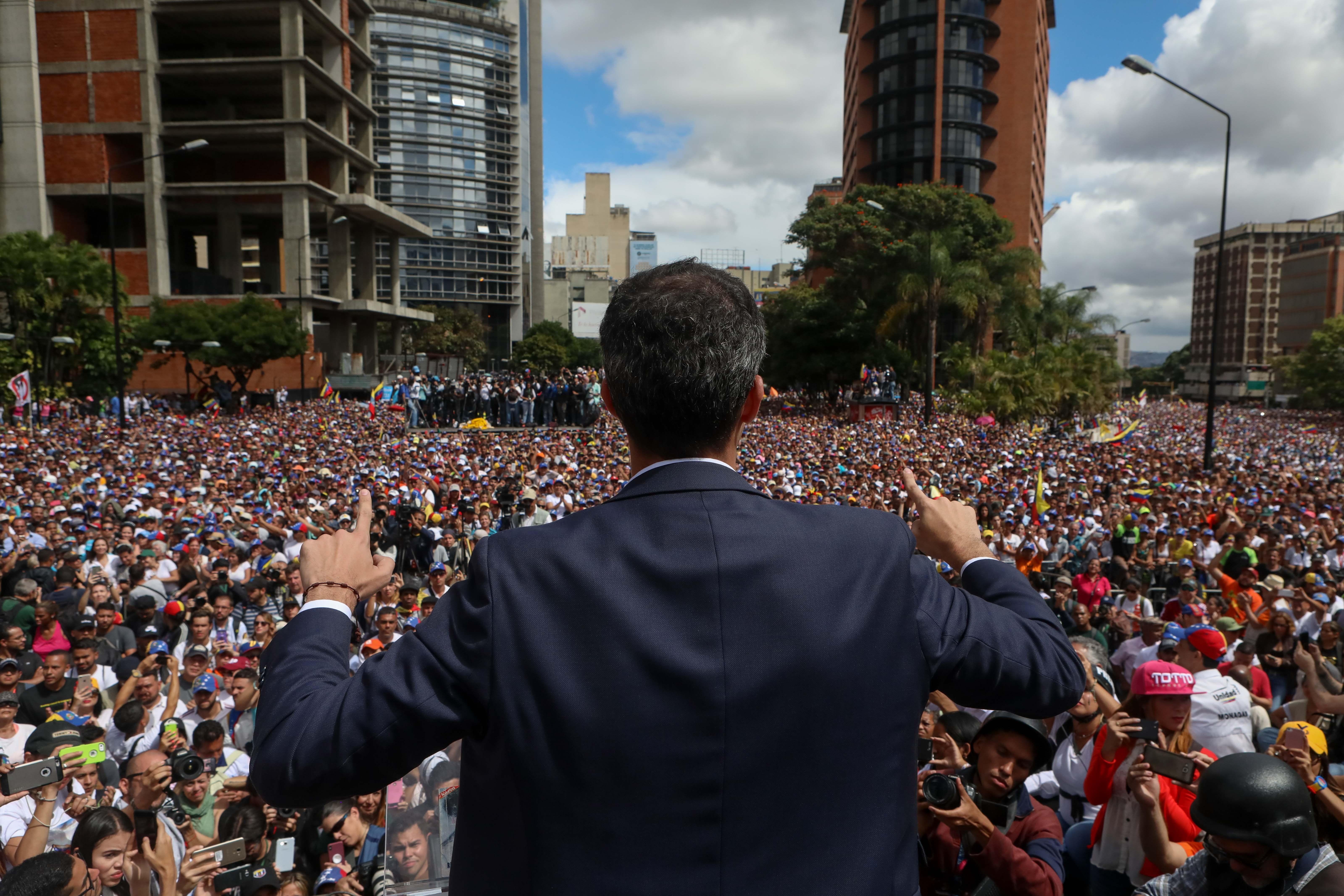 El presidente del Parlamento venezolano, Juan Guaidó (c), saludaba el miércoles a manifestantes tras anunciar que asume las competencias del Ejecutivo, en Caracas (Venezuela). (Foto Prensa Libre: EFE)