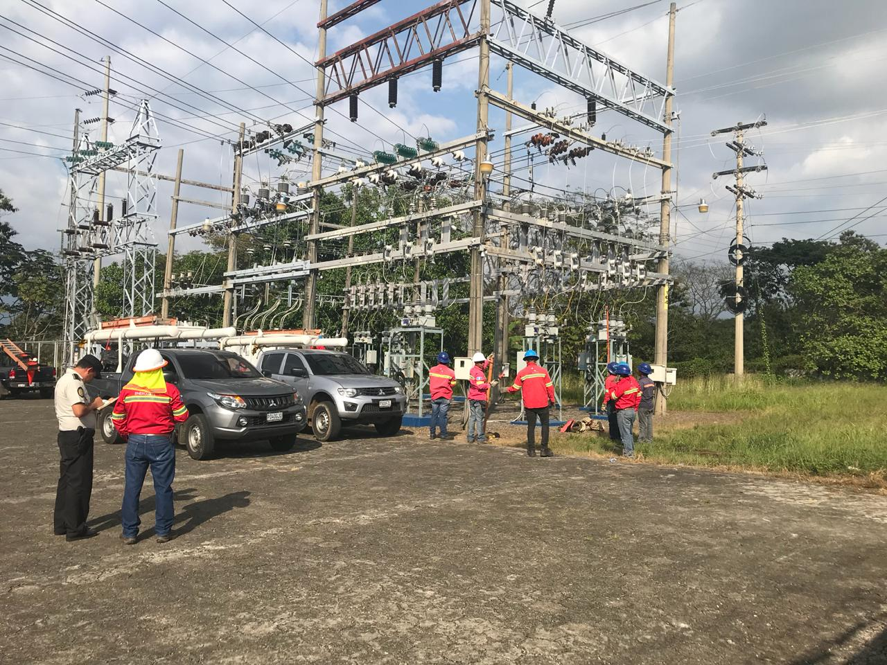 Luego de la invasión, personal de Energuate restableció el servicio de energía eléctrica. (Foto Prensa Libre: Cortesía)