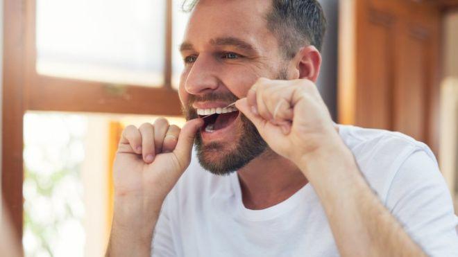 La enfermedad de las encías podría estar vinculada con el Alzheimer. GETTY