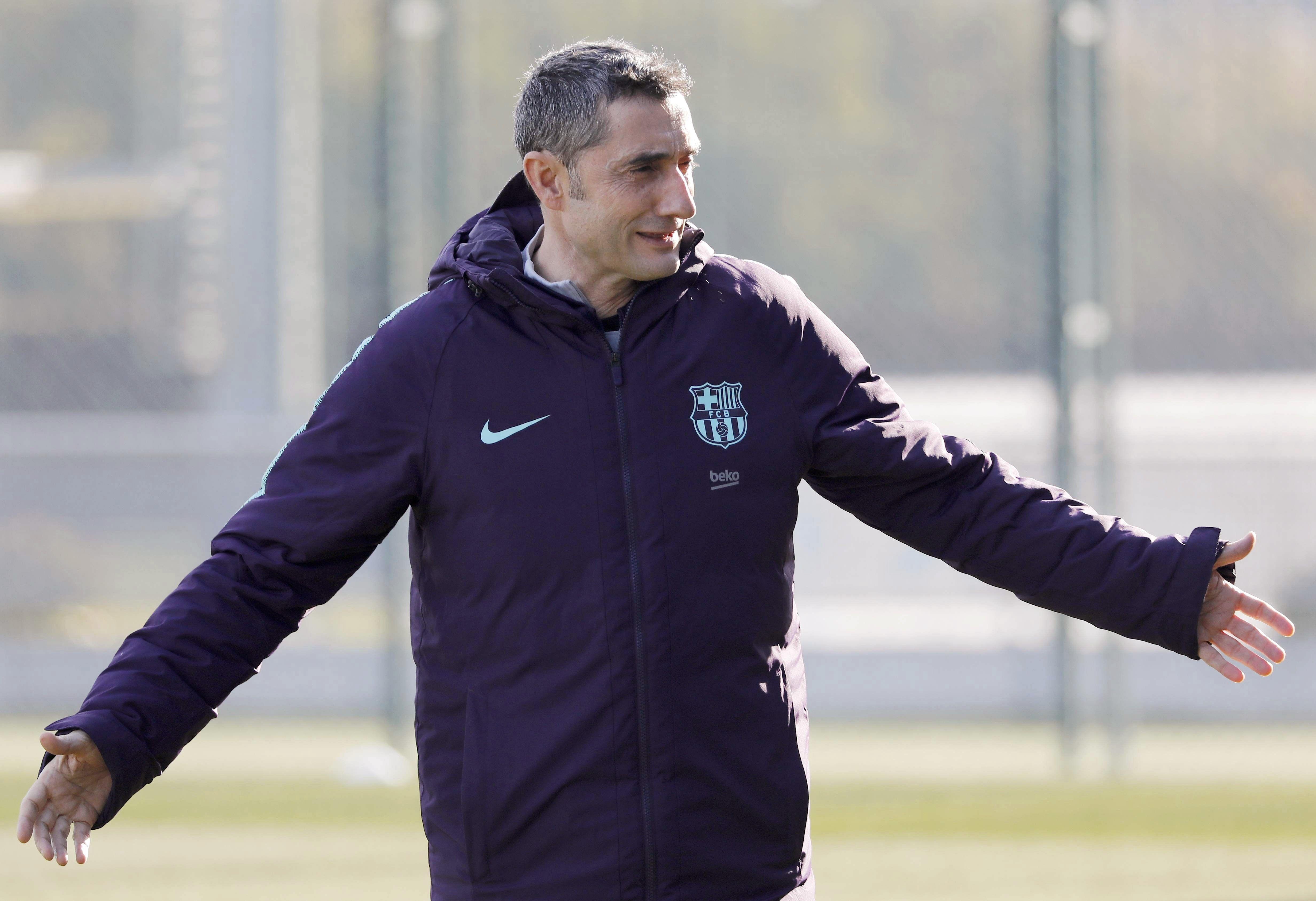 El entrenador del FC Barcelona, Ernesto Valverde, durante la sesión preparatoria realizada esta mañana en la ciudad deportiva del club. (Foto Prensa Libre: EFE)