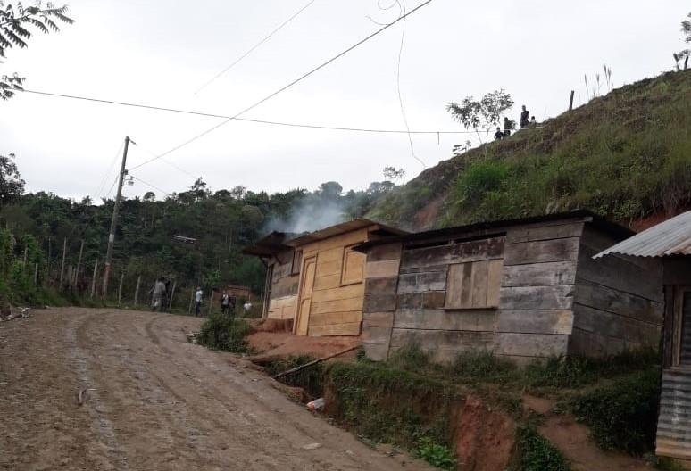 Un padre de familia habría fallecido electrocutado luego de intentar conectar el servicio de energía eléctrica en una escuela de Monte Blanco, Purulhá, Baja Verapaz. (Foto Prensa Libre: Eduardo Sam Chun)