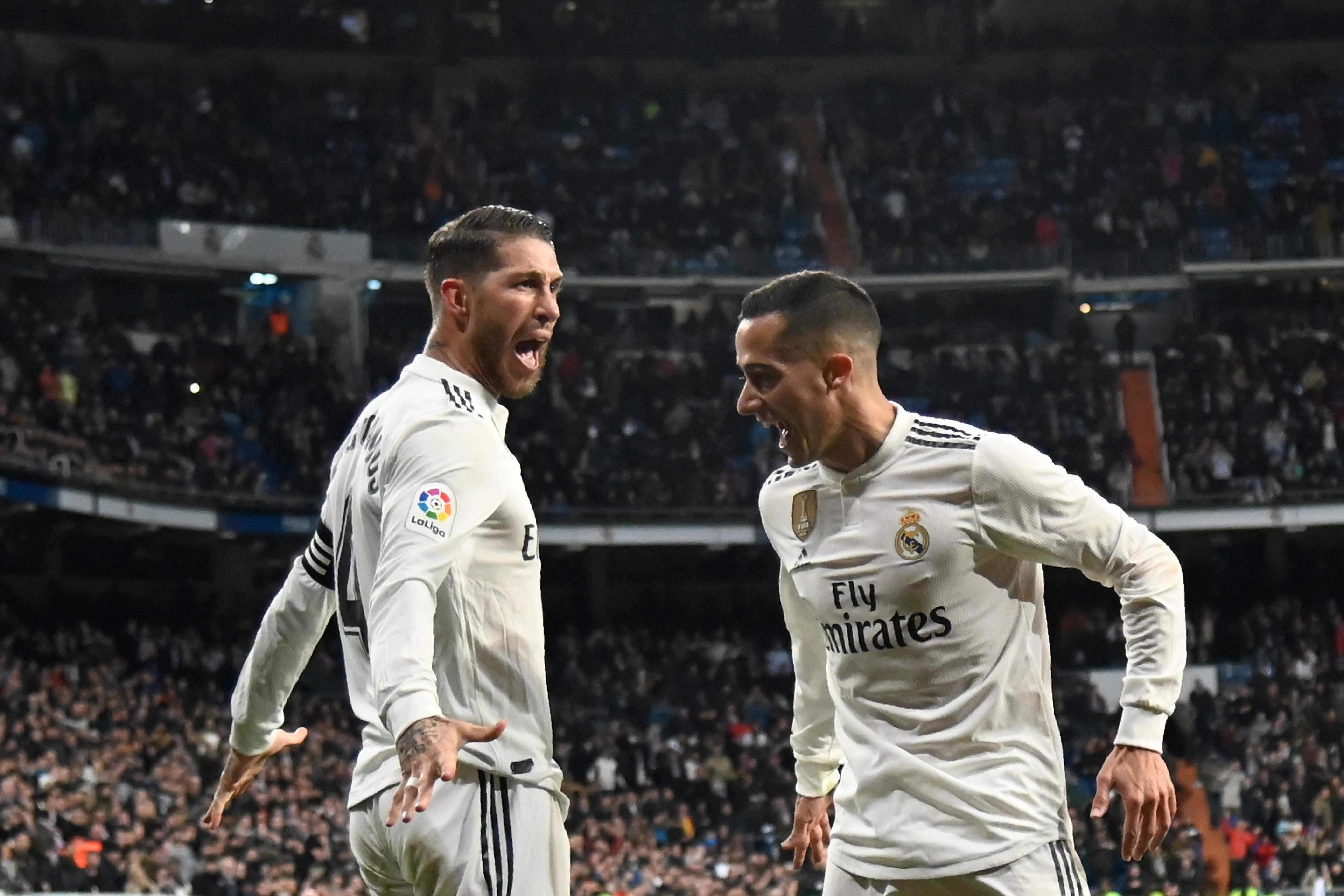Sergio Ramos festeja con Lucas Vazquez, después de haber anotado un gol contra el Girona. (Foto Prensa Libre: AFP).
