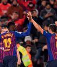 Ousmane Dembélé y Luis Suárez festejan el primer gol del Barcelona. (Foto Prensa Libre: AFP)