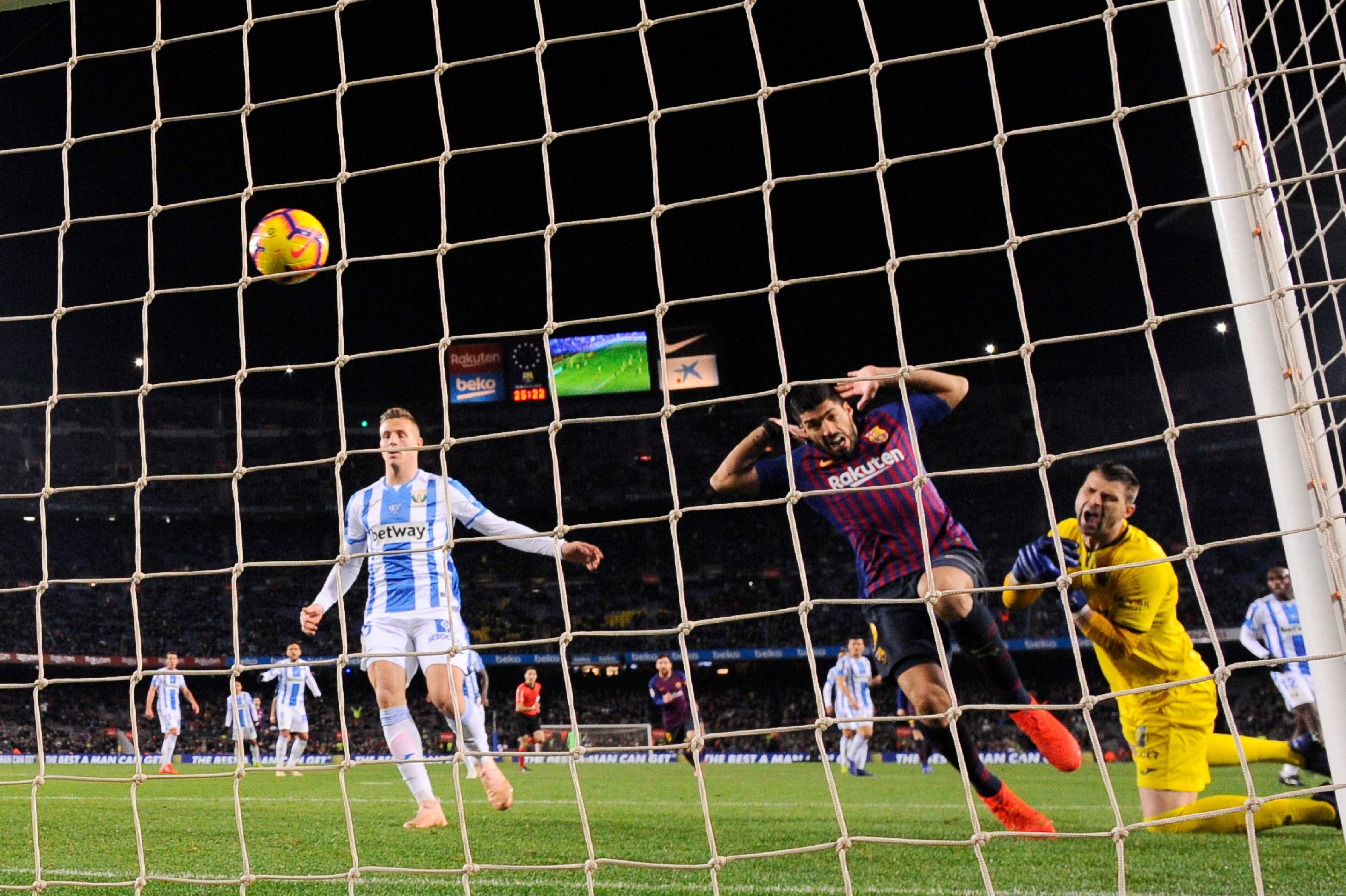 Luis Suárez anota el segundo gol del Barcelona. (Foto Prensa Libre: AFP)