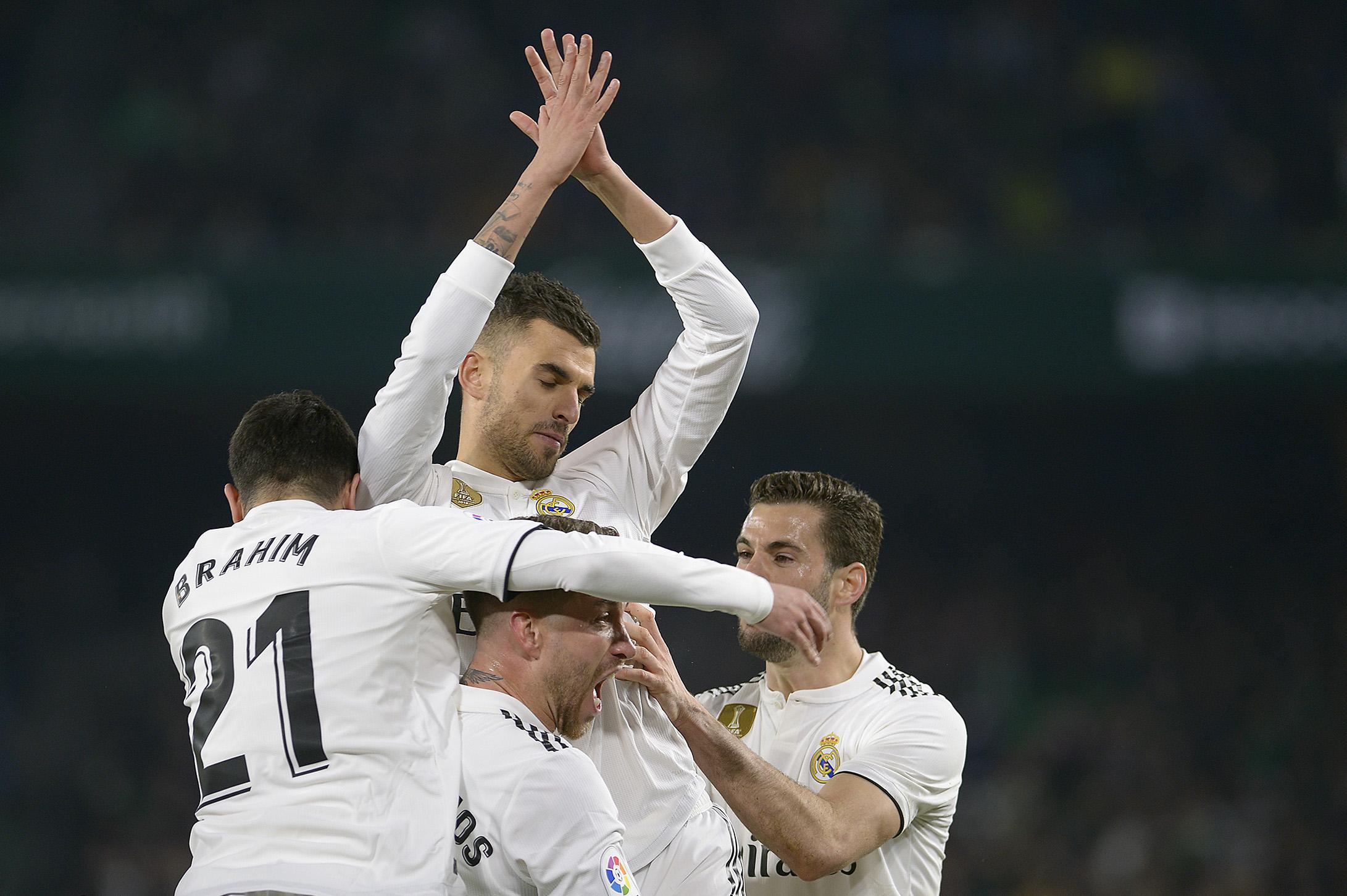 Dani Ceballos festeja con sus compañeros, tras anotar el gol del triunfo merengue. (Foto Prensa Libre: AFP)