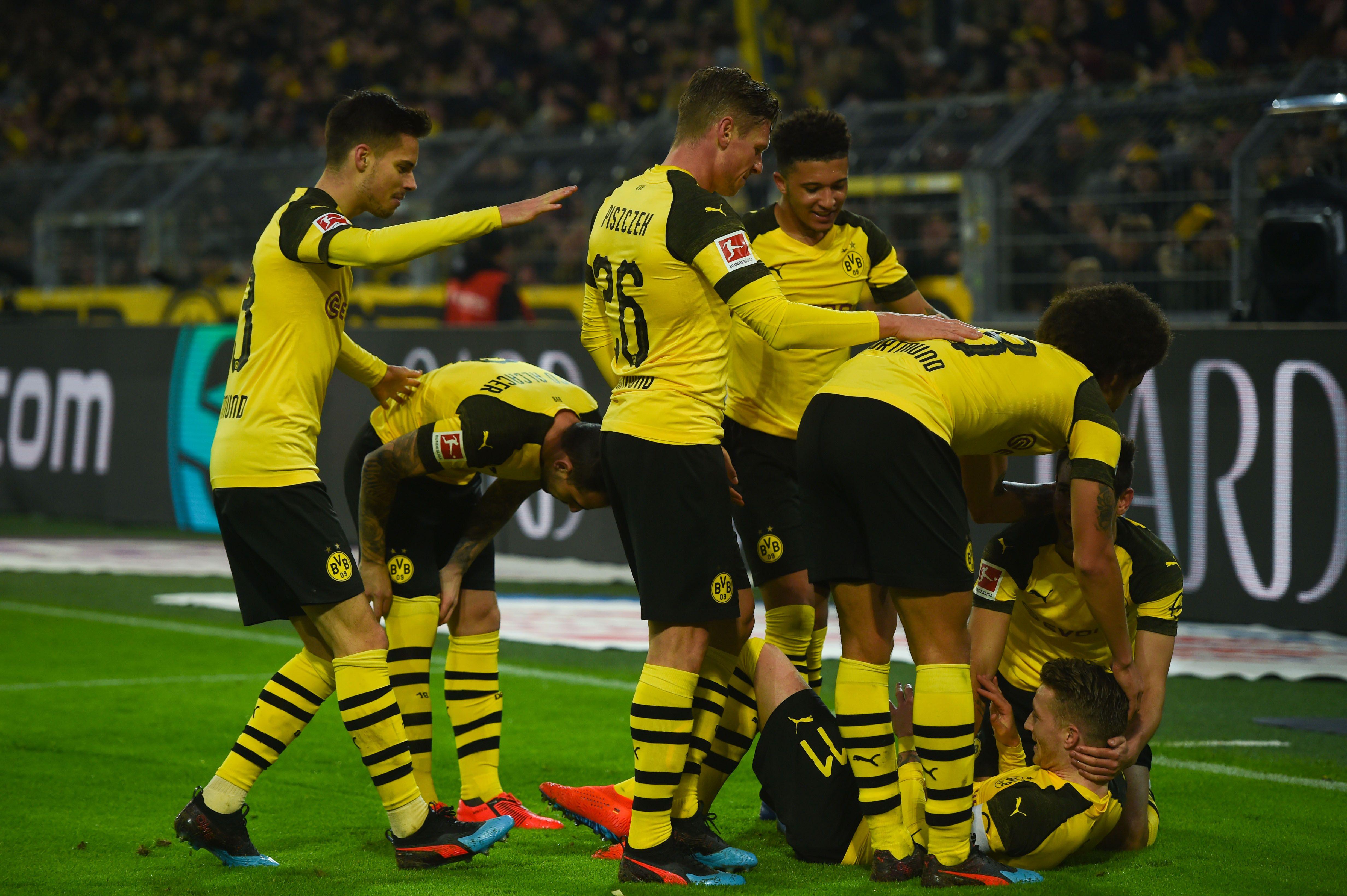 Los jugadores del Borussia Dortmund festejan contra el Hannover 96. (Foto Prensa Libre: AFP)