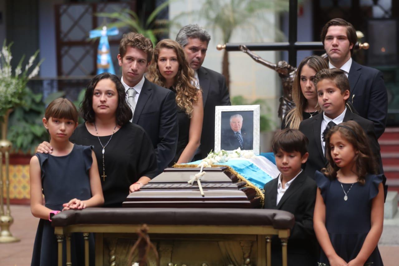 Familiares del exvicepresidente Francisco Reyes López hacen la valla de honor en sus honras fúnebres. (Foto Prensa Libre: Érick Ávila)