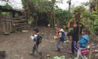 Niños de Yalambojoch, aldea de Nentón, Huehuetenango. Como en la mayoría de aldeas en ese departamento las oportunidades de educación son escasas, lo que sumado a la pobreza y falta de empleo empujan la migración. (Foto Prensa Libre: Hemeroteca PL)
