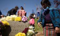 Familiares, vecinos y amigos dan el último adiós a Felipe Gómez este domingo, en una colina de Yalambojoch, Nentón, Huehuetenango. (Foto Prensa Libre: EFE)