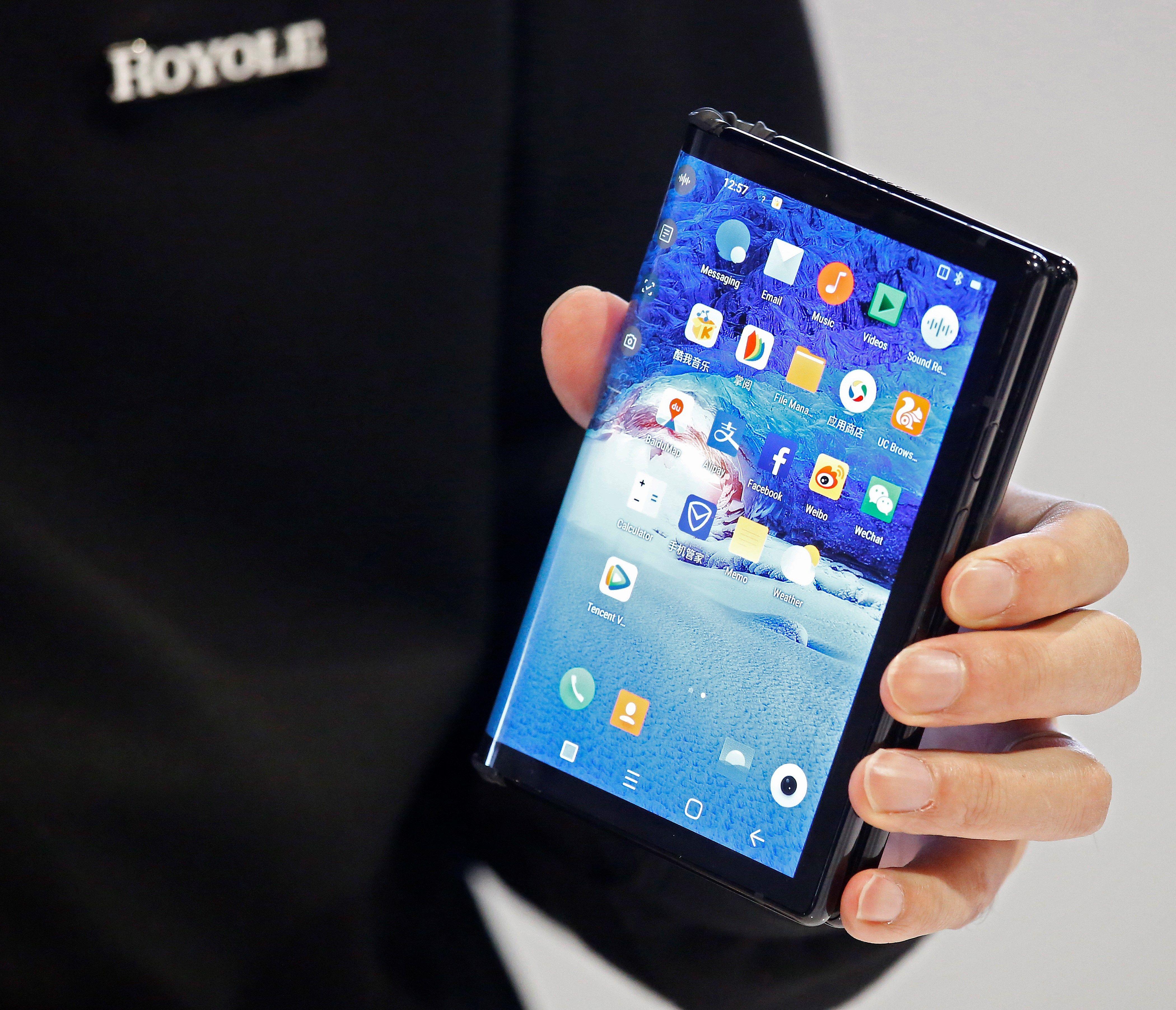 El nuevo teléfono flexible FlexPai de Royole fue develado en el CES (Foto Prensa Libre: EFE).