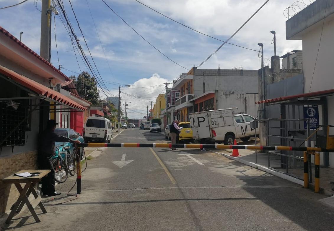 Fiscales del Ministerio Público (MP) revisan el ingreso al residencial Jardines de Minerva 2, en zona 11 de Mixco, donde, según vecinos, fue detenido el hijo del diputado de Todos.  (Foto Prensa Libre: Edwin Pitán)