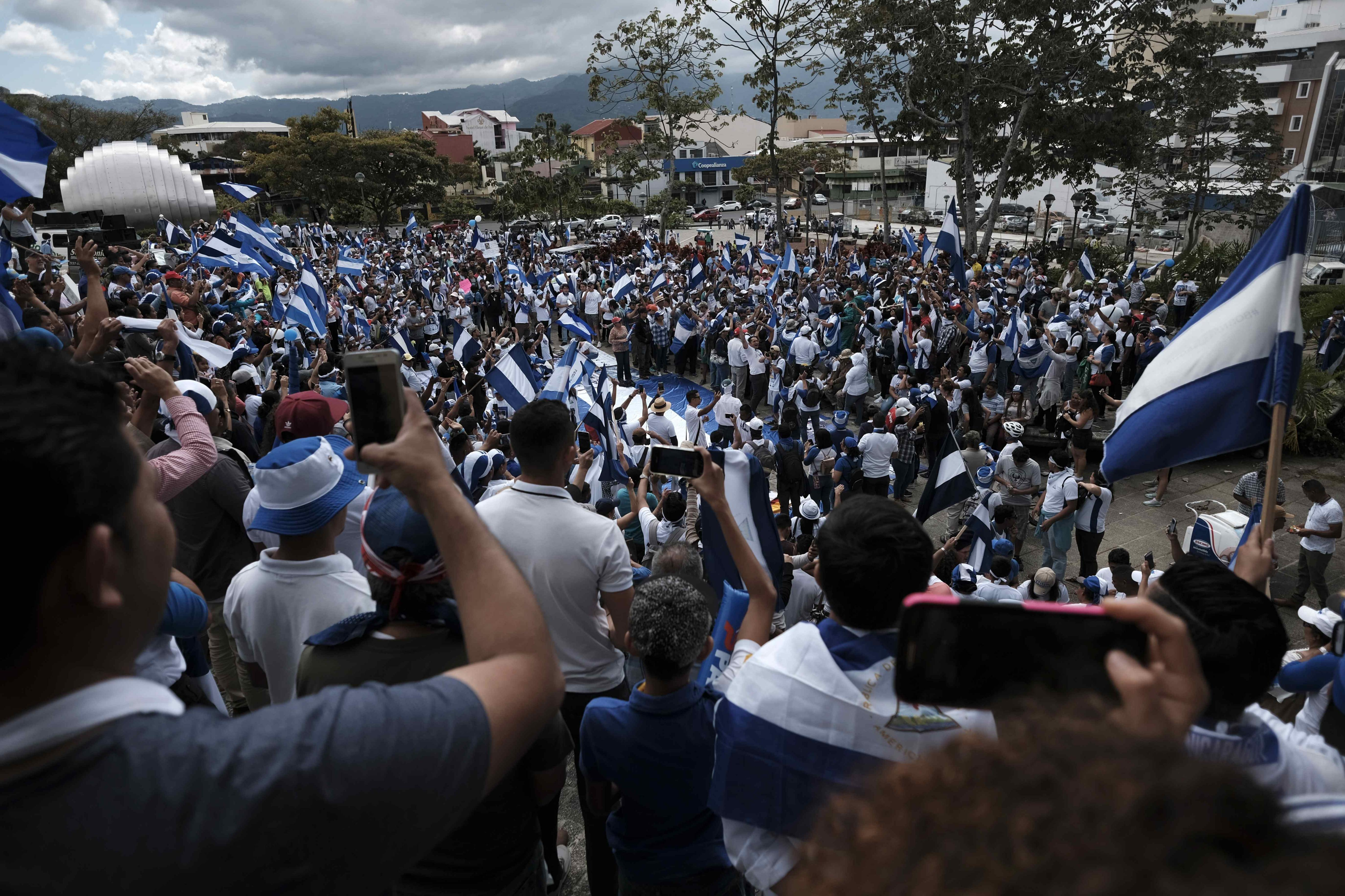 Miles de nicaragüenses protestaron el domingo, en San José (Costa Rica) contra el Gobierno de Daniel Ortega. Foto Prensa Libre: EFE