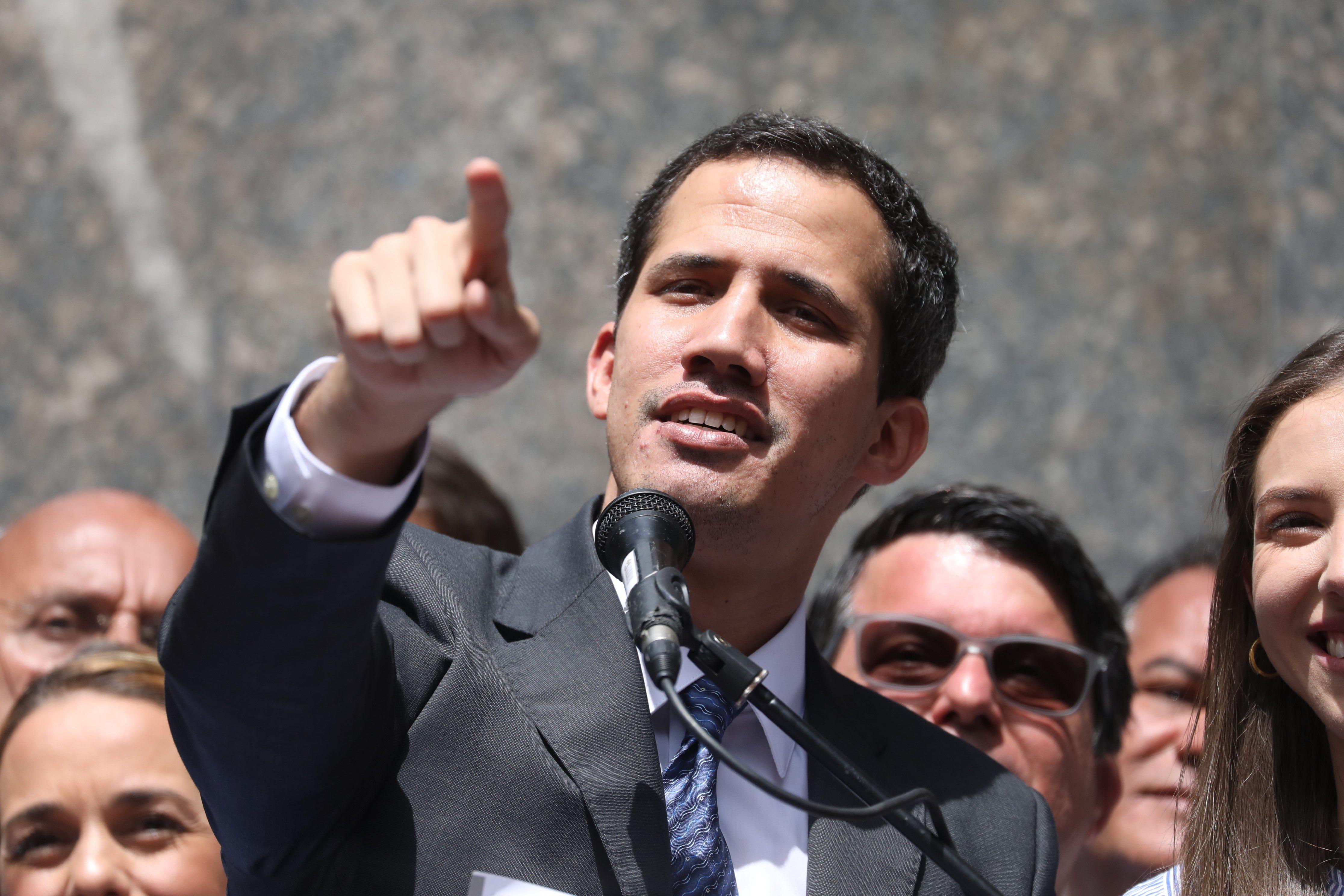 -FOTODELDÍA- CAR8742. CARACAS (VENEZUELA), 25/01/2019.- El líder del Parlamento y autoproclamado presidente encargado de Venezuela, Juan Guaidó (C), habla este viernes durante su primera aparición pública desde que se adjudicó las competencias del Ejecutivo ante miles de personas, en una plaza en el este de Caracas (Venezuela). Guaidó dijo este viernes que es hora de sacar de la Fuerza Armada Nacional Bolivariana (FANB) a los cubanos que, denunció, ocupan altos cargos en la institución. EFE/Miguel Gutiérrez