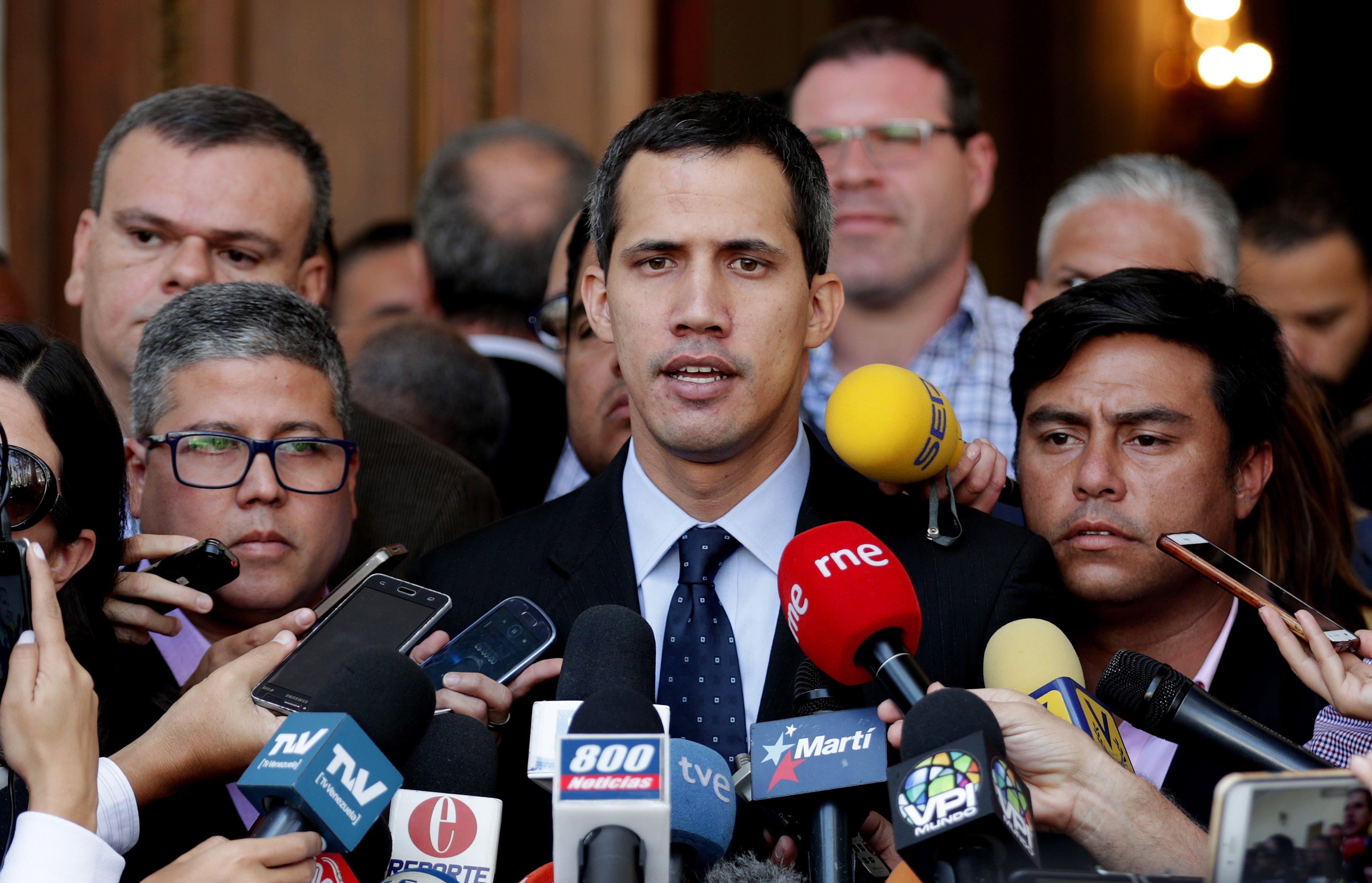 El presidente de la Asamblea Nacional, Juan Guaidó (c), habla con los medios este martes en la sede del Parlamento, en Caracas, Venezuela. (Foto Prensa Libre: EFE)