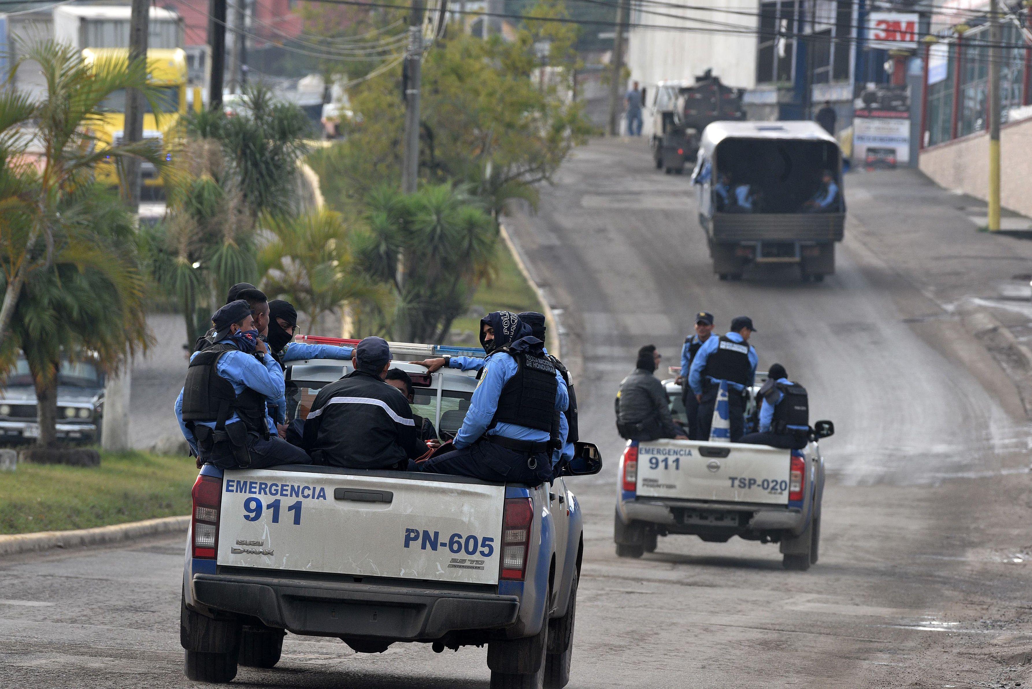 Fuerzas de seguridad hondureñas patrullan en Santa Rosa de Copan, oeste, que conecta con El Poy, punto fronterizo con El Salvador, donde pasa la segunda caravana de migrantes. (Foto Prensa Libre: AFP)