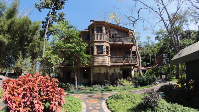El Hostal Aldea de la Selva cuenta con 20 cabañas construidas con diferentes temas, ambientes climatizados y algunas con opción de sala y cocina. (Foto Prensa Libre: Cortesía)