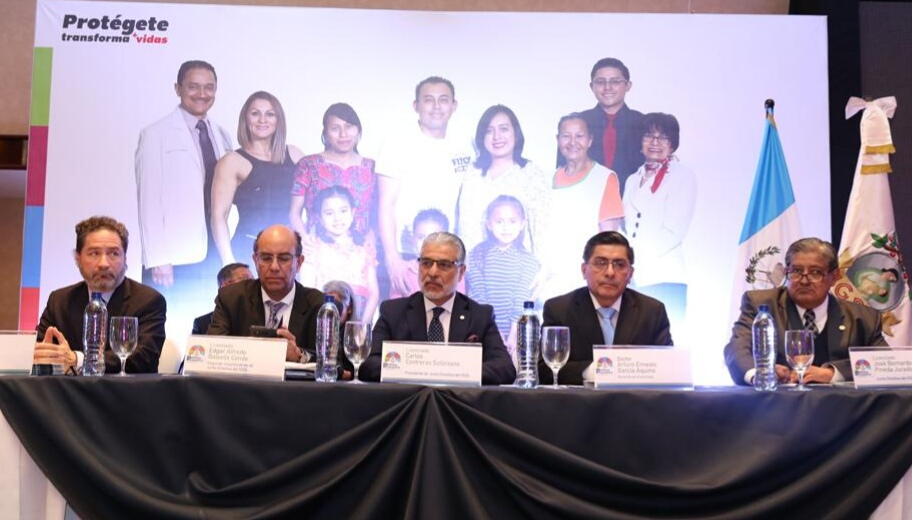 Los integrantes de la Junta Directiva del IGSS presentaron la política en un evento realizado en un hotel capitalino. (Foto Prensa Libre: Urias Gamarro)