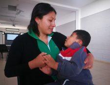 Lorena Chacat junto a su hijo Andy, quien recibe atención en el Instituto Neurológico de Guatemala. (Foto Prensa Libre: Oscar Fernando García).