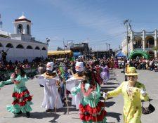 Vecinos de El Tejar, Chimaltenango, observan una presentación del baile de las Internacionales Abuelitas de El Tejar. (Foto Prensa Libre: Cortesía Víctor Chamalé)