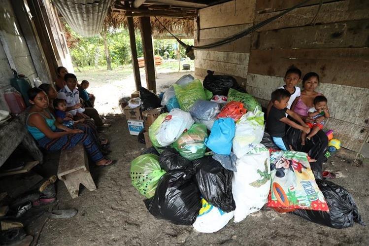 Desde el rancho en que viven, Claudia, sus tres pequeños y sus suegros agradecieron la generosidad de los guatemaltecos. (Foto Prensa Libre: Esbin García)