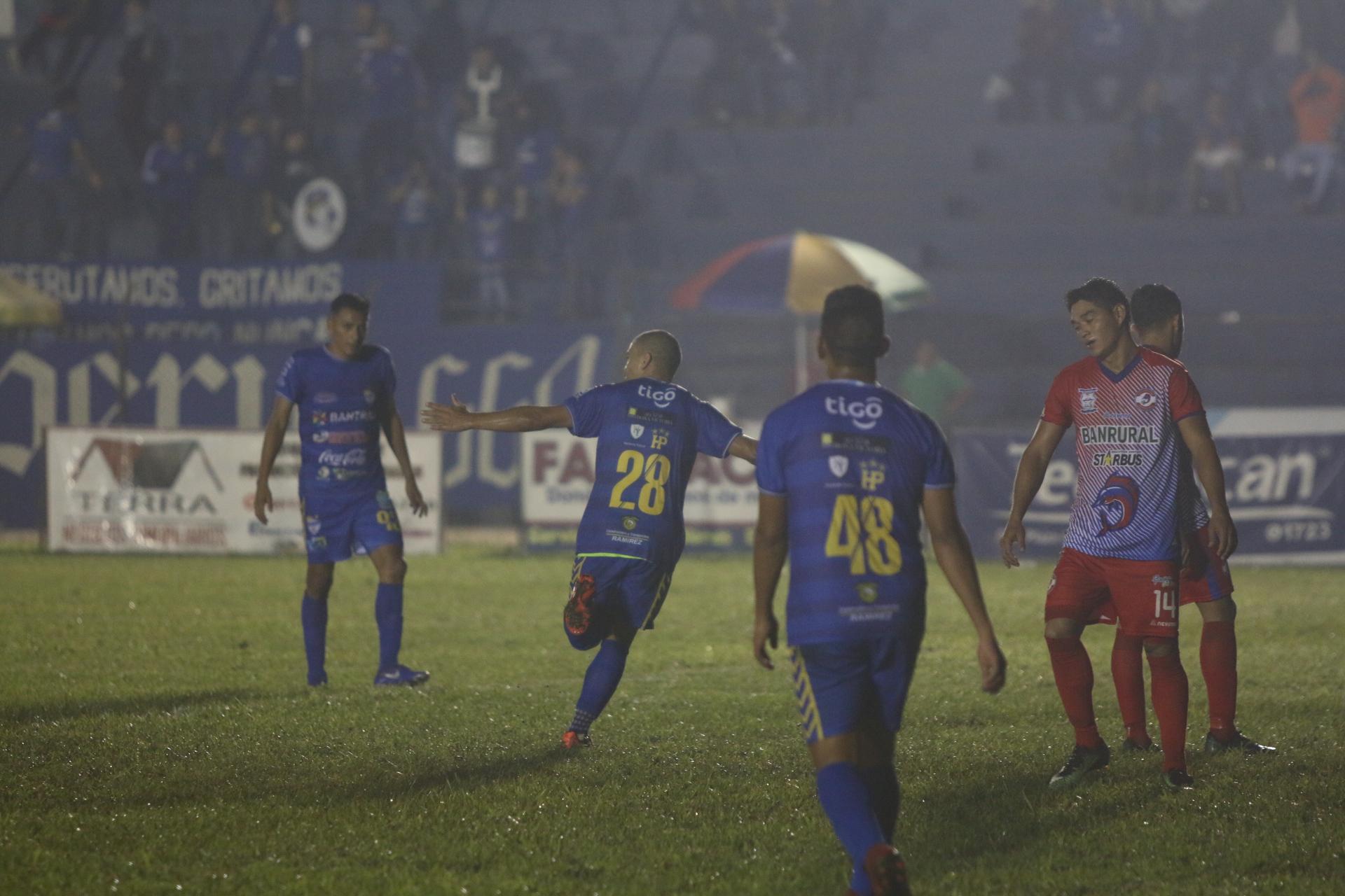 Janderson Pereira corre a festejar, después de haber anotado el segundo gol de Cobán. (Foto Prensa Libre: Eduardo Sam).