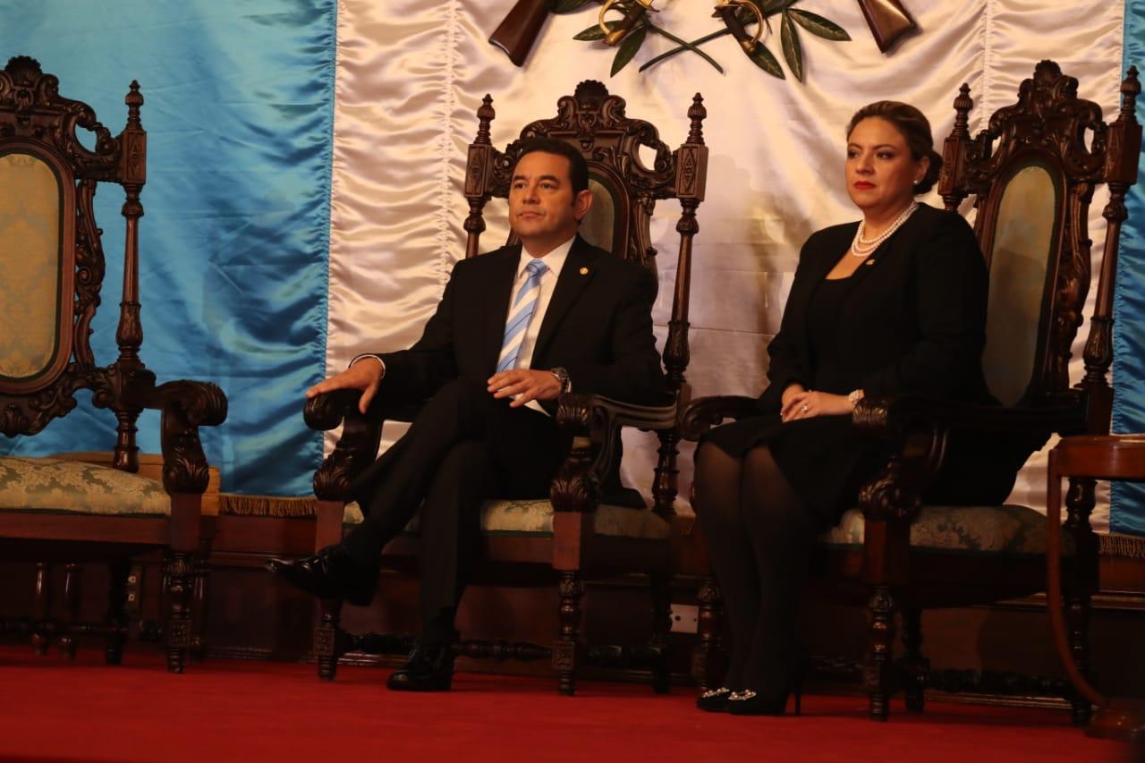El presidente Jimmy Morales, junto a la ministra de Relaciones Exteriores, Sandra Jovel, recibieron cartas credenciales de ocho embajadores. (Foto Prensa Libre: Óscar Rivas)