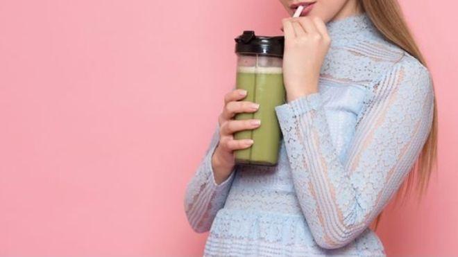 Muchos piensan que el jugo de frutas es una buena forma de obtener vitaminas, pero es mejor consumir la fruta entera. (GETTY IMAGES)