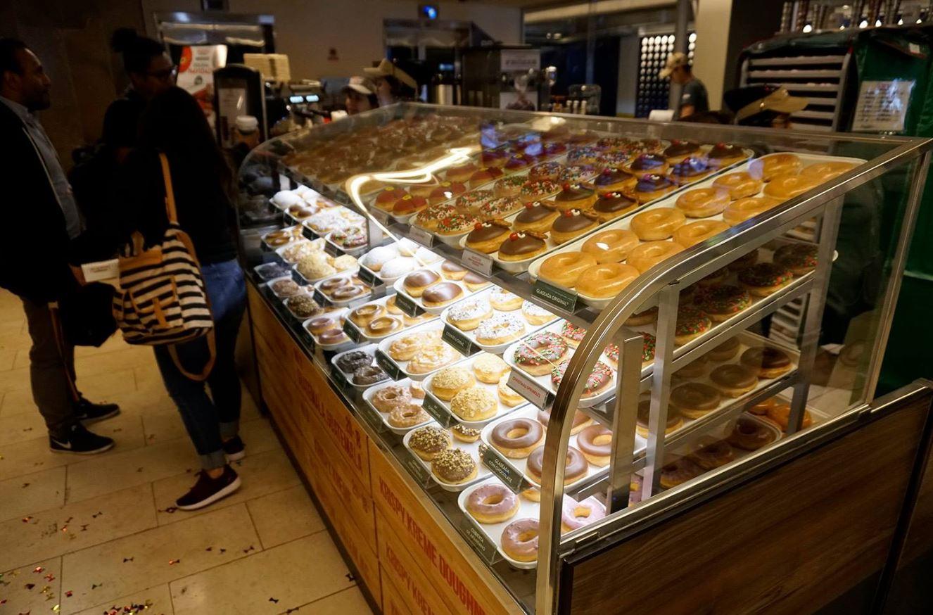 La tercera tienda Krispy Kreme se ubica en el primer nivel del Centro Comercial Arkadia, en Zona 10. (Foto Prensa Libre: Cortesía)