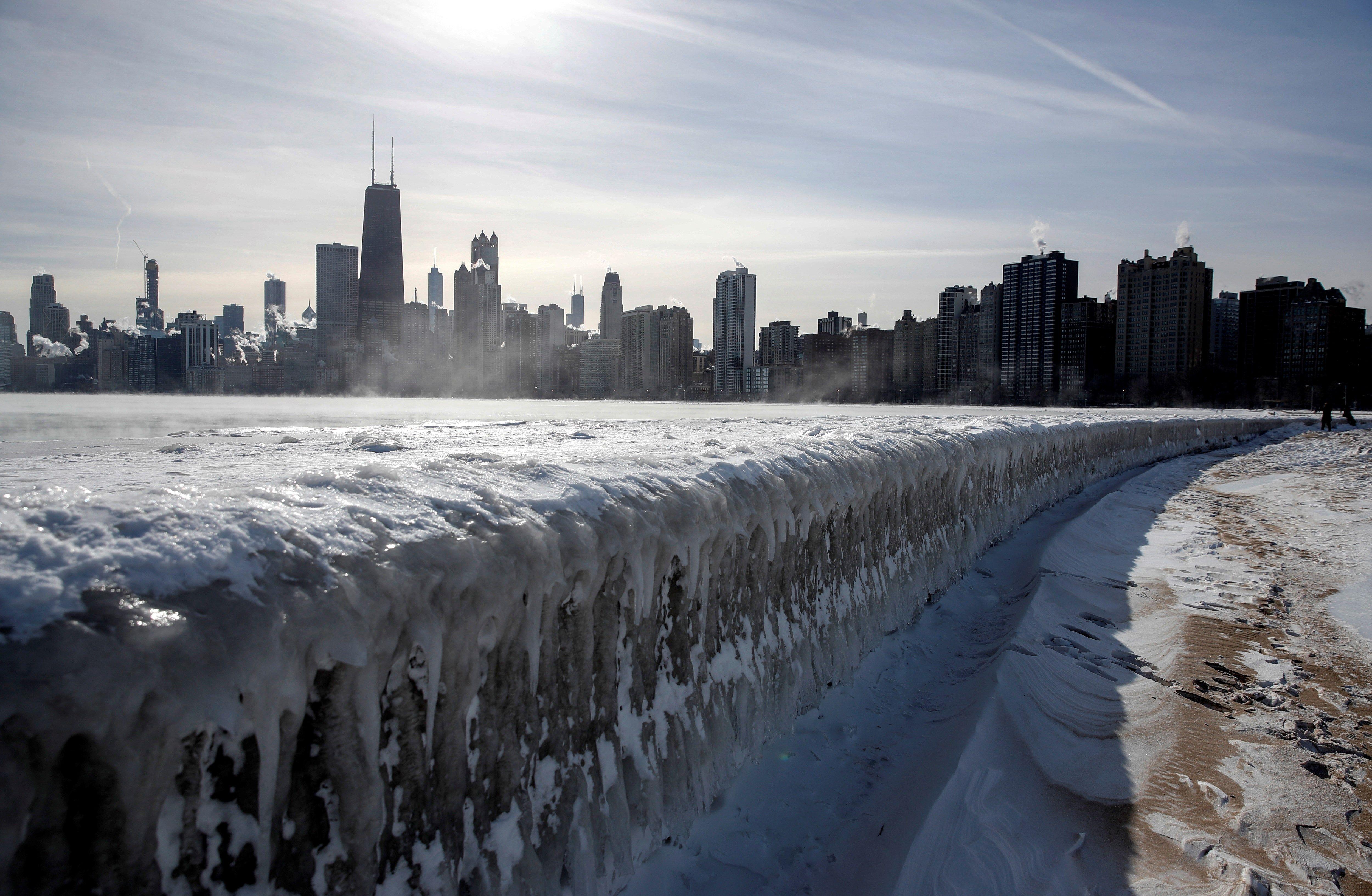 El vapor se eleva desde los edificios de la ciudad y el lago Michigan este jueves, en Chicago, EE. UU.