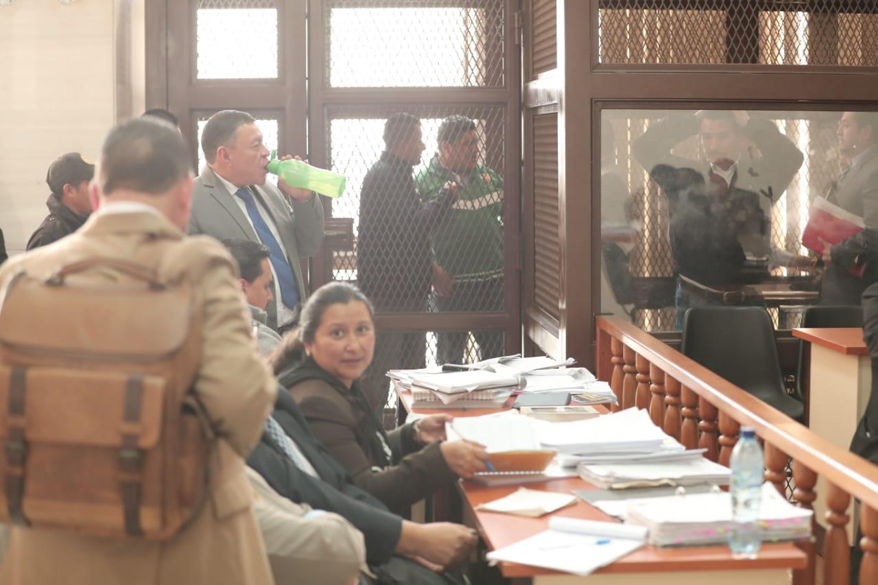 Abogados y sindicados durante un receso en el debate del caso Lavado y Política. (Foto Prensa Libre: Juan Diego González)