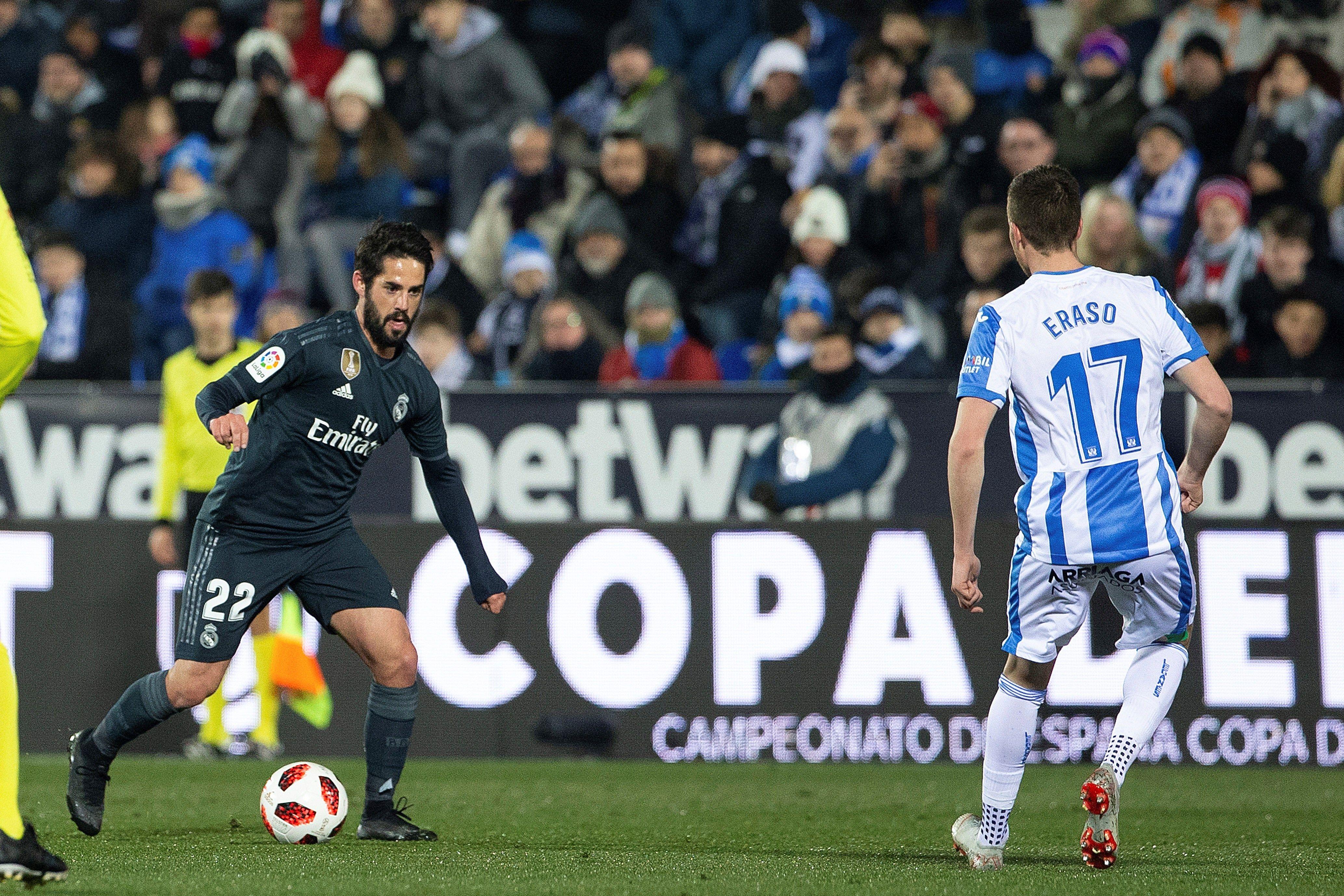 """El centrocampista del Real Madrid Francisco Alarcon """"Isco"""" (i) controla el balón frente a Javier Eraso, del CD Leganés, durante el partido de vuelta de octavos de final de la Copa del Rey. (Foto Prensa Libre: EFE)"""