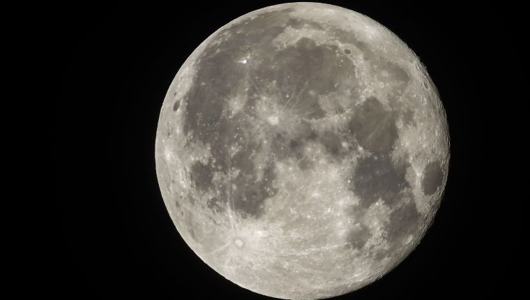 (FILES) In this file photo taken on November 24, 2018 the full moon is pictured from Rome. - Until today, only three countries have managed to land on the surface of the moon, some 384,000 kilometers from the Earth: Russia, the United States and China. (Photo by Laurent EMMANUEL / AFP)