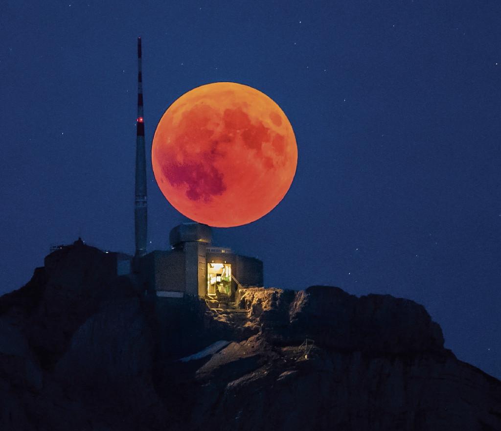 MNDF. Urnaesch (Switzerland Schweiz Suisse), 27/07/2018.- The blood moon rises behind the Saentis (2502m) Alpstein, Canton of Appenzell, Switzerland, 27 jukly 2018, on the night of the longest total lunar eclipse of the 21st century. (Suiza) EFE/EPA/CHRISTIAN MERZ