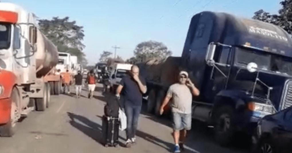 El bloqueo se registra desde hace varias horas, lo que ha originado que cientos de automotores permanezcan varados. (Foto Prensa Libre: César Hernández).